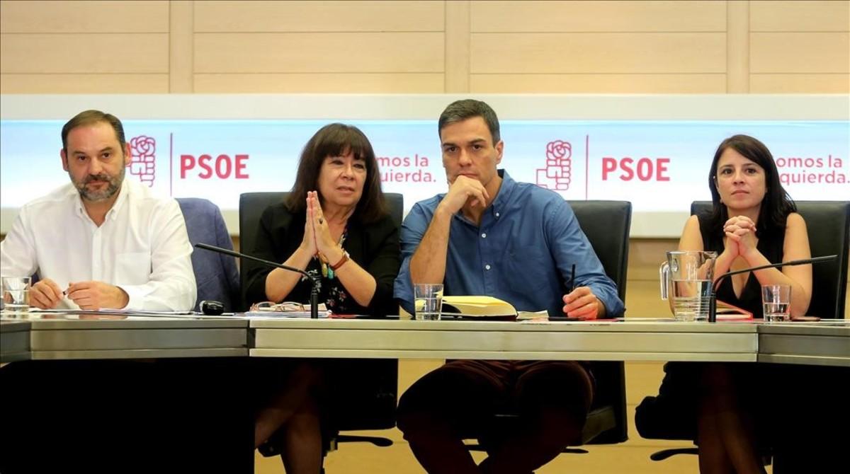 Pedro Sánchez y sus principales colaboradores, este lunes en la sede del PSOE.