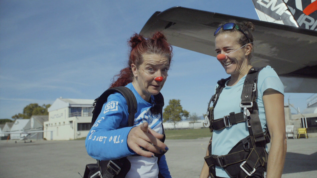 Núria Picas y Pepa Plana, preparadas para saltar en paracaídas