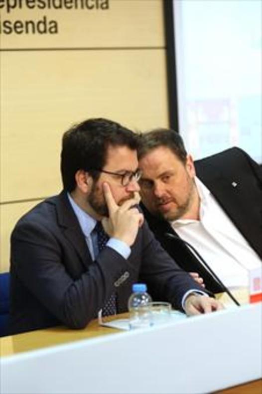 Pere Aragonès (izquierda) y Oriol Junqueras, ayer, durante la presentación del informe de la economía catalana.