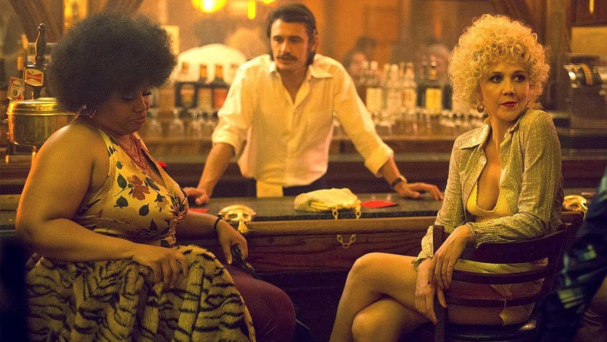 Pernell Walker, James Franco y Maggie Gyllenhaal, en una escena de la serie 'The deuce' (HBO).