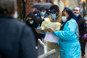 Personal sanitario realiza test a ciudadanos en un hospital de Nueva York.