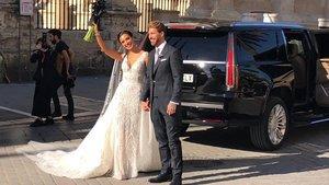 Pilar Rubio y Sergio Ramos saludan justo después de su boda.
