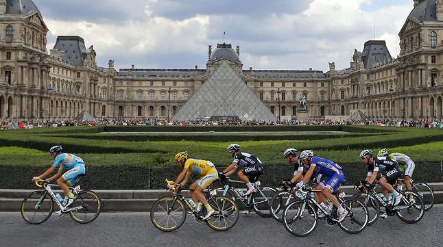 El pilot circula al costat del museu del Louvre, en lúltima etapa del Tour.