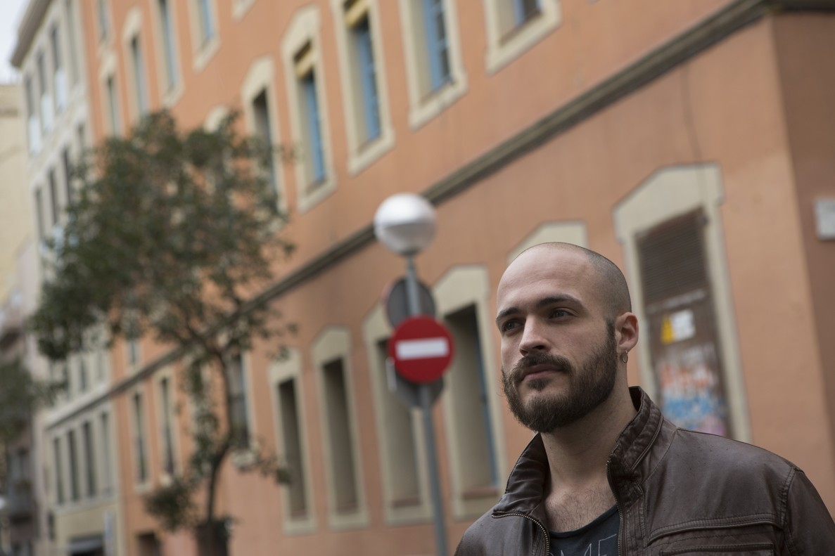 Humberto Torcal, creativo publicitario, en el barrio de Gràcia, donde vive en una habitación alquilada.