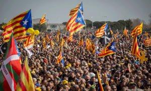 Plano general de los numerosos asistentes al mitin de Carles Puigdemont en Perpinyà, este sábado.