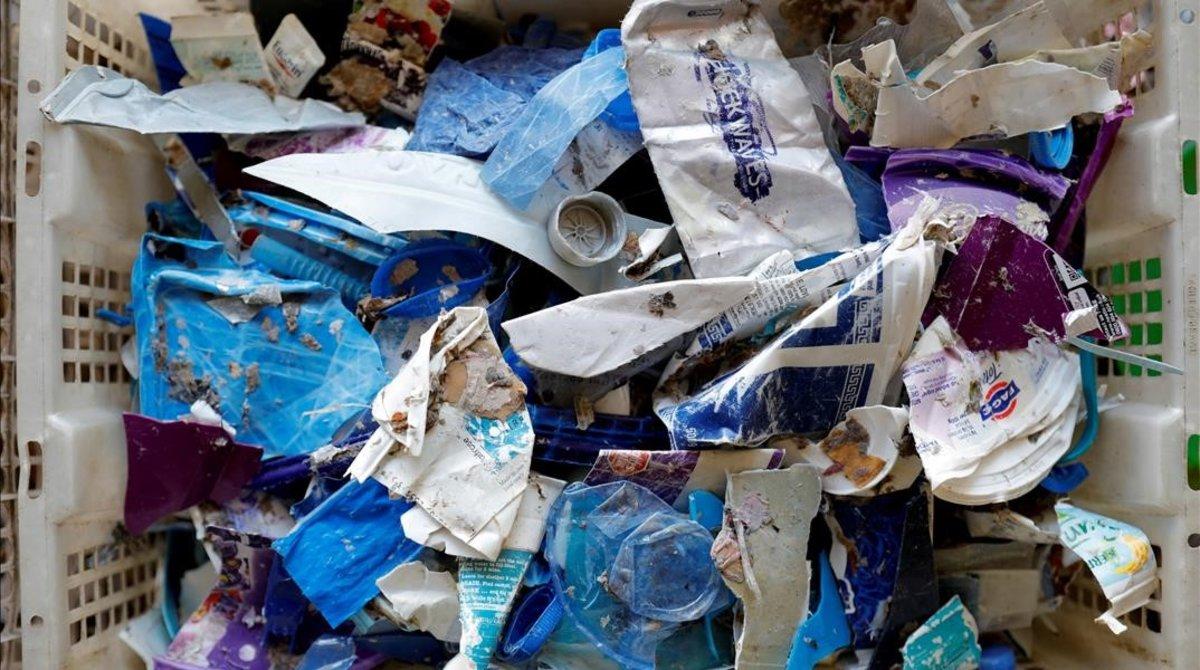 Plásticos ordenados dentro de una canasta
