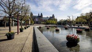 La plaza Museumplein de Amsterdam desierta por el coronavirus, este jueves.