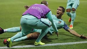 Cristiano Ronaldo celebra su gol en el partido de la Eurocopa Portugal-Gales.
