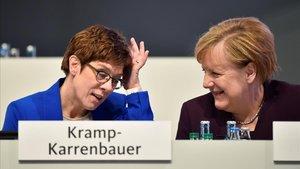 La presidenta de la CDU, Annegret Kramp-Karrenbauer, y la cancillera Angela Merkel, este viernes en el congreso de Leipzig.