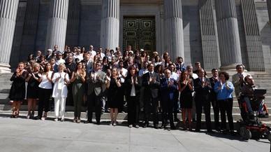 La presidenta del Congreso, Ana Pastor, ha encabezado el minuto de silencio a las puertas del Congreso.