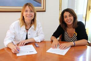 La presidenta del Fons Català de Cooperació, Meritxell Budó, y la alcaldesa de Sant Boi, Lluïsa Moret, en la firma del convenio de colaboración