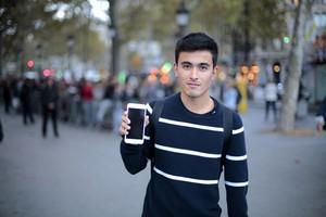 El primer comprador, Ari Motomiya muestra su iPhone 6s Plus, esta mañana en Barcelona.