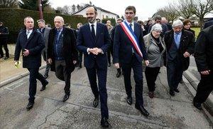 El primer ministro francés Edouard Philippe (tercero por la izquierda), durante un comité interdepartamental sobre entorno rural en Girancourt.