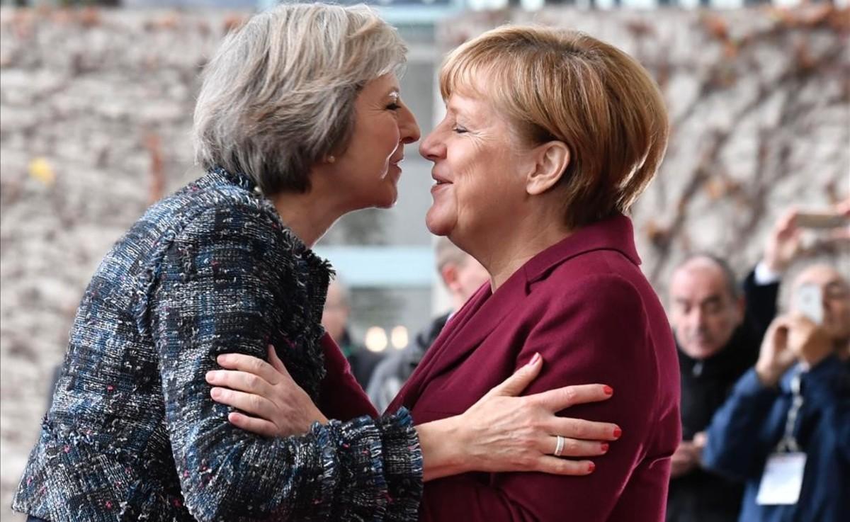 La primera ministra británica, Theresa May (izquierda) saluda a la cancillera alemana, Angela Merkel.