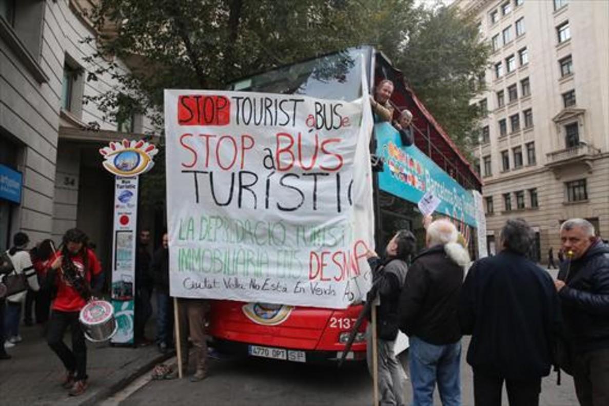 Una anterior protesta ciudadana, pacífica, contrael Bus Turísticen la plaza de Antoni Maura.