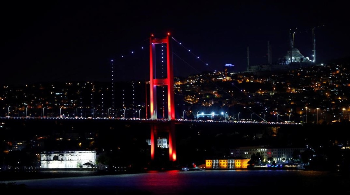 El puente del Bósforo, que conecta la parta europea de la ciudad con la asiática, en Estambul, fotografiado este 15 de julio.