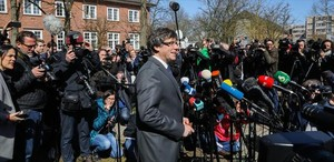 Puigdemont se dirige a los medios tras salir de la cárcel de Neumünster.