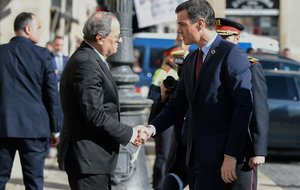 Quim Torra recibe a Pedro Sánchez a las puertas del Palacio de la Generalitat, el jueves.