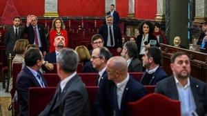 El presidente de la Generalitat, Quim Torra,saluda a los líderes independentistas procesados por el proceso soberanista.
