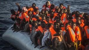 Refugiados e inmigrantes subsaharianos esperan ser rescatados por Proactiva Open Arms frente a la costa de Libia.