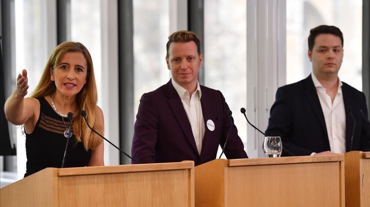 Los tres principales dirigentes del nuevo partido británico, de izquierda a derecha,Sandra Khadhouri, James Clarke yJames Torrance en la rueda de prensaen Londres.