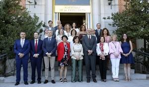 La vicepresidenta, Carmen Calvo, junto con las consejeras de Igualdad, en la conferencia sectorial.