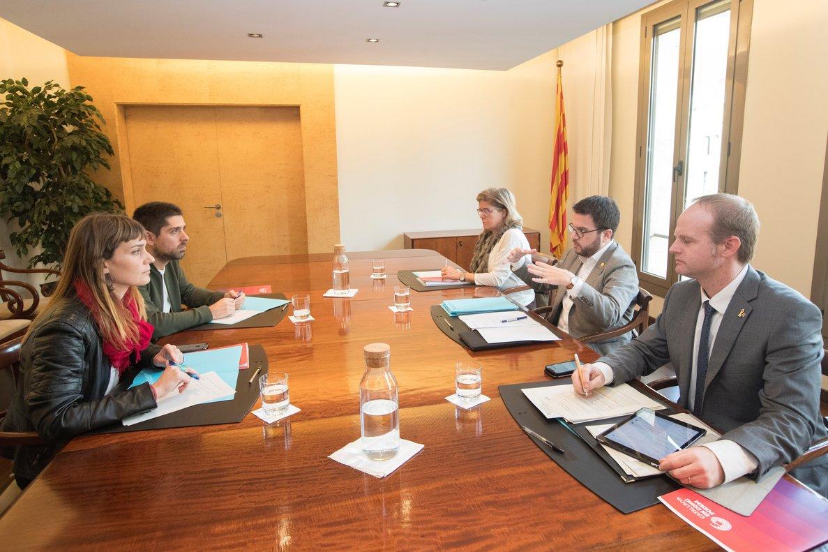 GRAFCAT651. BARCELONA, 29/11/2018.- La presidenta del grupo parlamentario Catalunya en Comú Podem, Jessica Albiach (i), y su compañero, el diputado David Cid (2i), se han reunido con el vicepresidente de la Generalitat y conseller de Economía, Pere Aragonés (2d), la secretaria de Presidència, Meritxell Massó (3i), y el secretario general de Economía, Albert Castellanos (d), durante la reunión que han mantenido Generalitat y los comunes para abordar los presupuestos de la Generalitat, una negociación que los comunes afrontan sin líneas rojas pero sin renuncias y en la que plantean una reforma fiscal. EFE/Marta Pérez