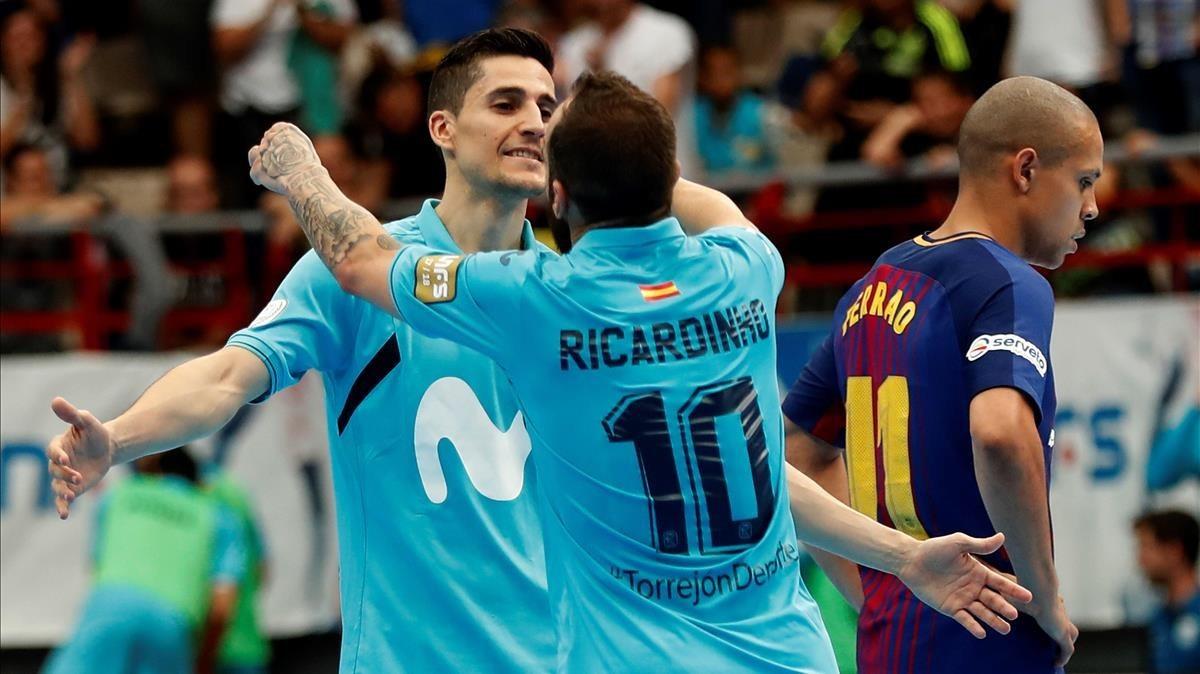 Ricardinho y Carlos Ortiz, del Inter, celebran un gol ante el Barça.