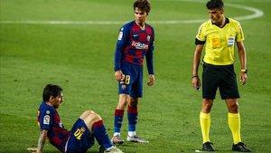 Riqui Puig observa a Messi ante Gil Manzano, en el Camp Nou.