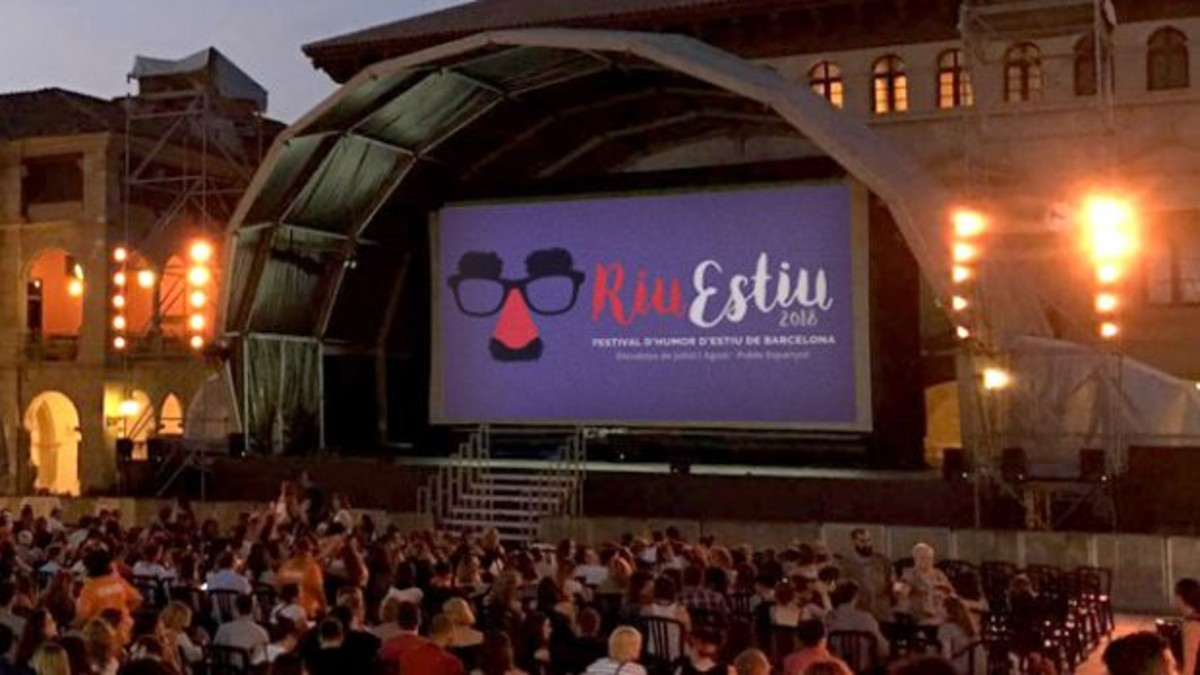 Durante el mes de agosto, RiuEstiu se traslada a la plaza Mayor del Poble Espanyol.
