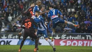Piqué salta junto a Naldo, Víctor Sánchez y Gerard Moreno en la jugada que acabó en el empate del Barça.
