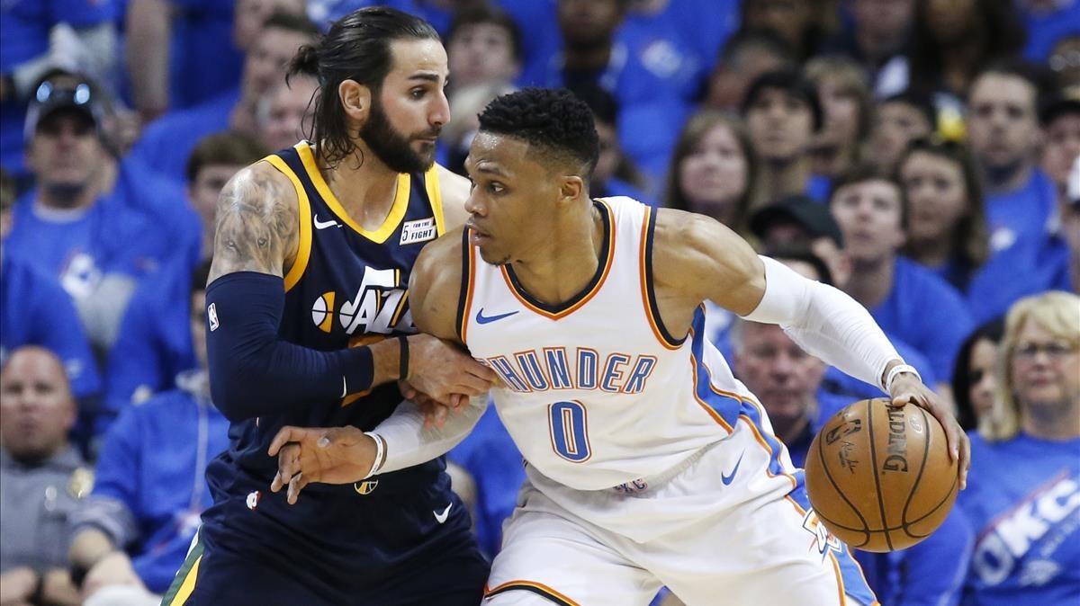 Ricky Rubio defiende a Westbrook en el partido de los Jazz ante los Thunder.