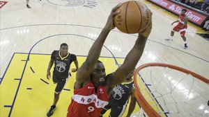 Ibaka hace un mate con los Raptors.