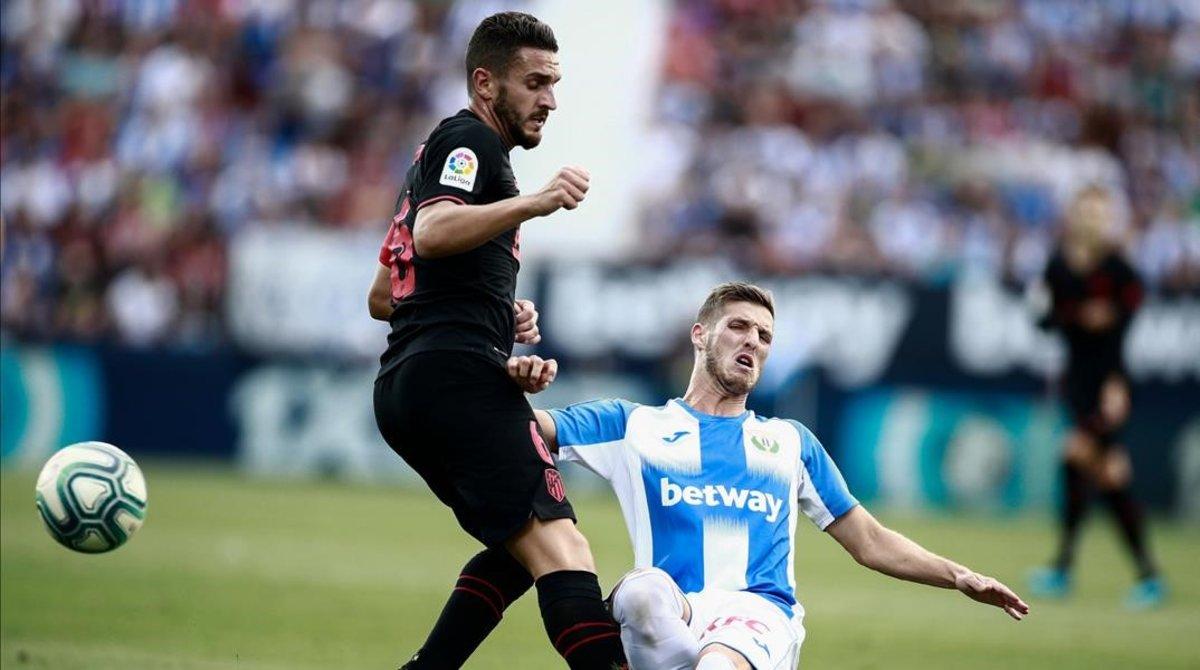 El jugador del Leganés Rubén Pérez (d) disputa un balón con el atlético Koke.