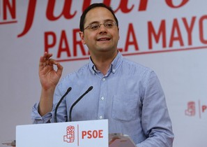 El secretario de Organización, César Luena, durante el acto de entrega de carnets a nuevos militantes del PSOE-M,en la sede del PSOE.