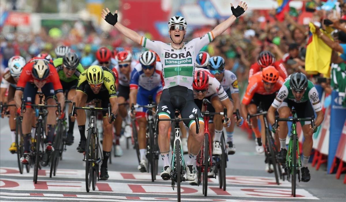 Sam Bennett levanta los brazos al imponerse en el esprint de Alicante.