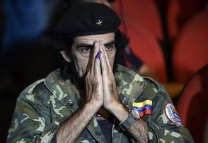 Un seguidor del partit de Nicolás Maduro, disfressat de ChéGuevara, trist perla derrota electoral.
