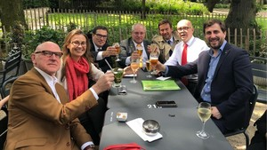 Serret, Puig y Comín junto a sus abogadosen Bruselas.