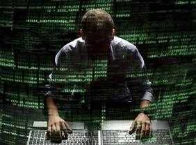 Simulación de un hacker ante un ordenador y líneas de comandos.