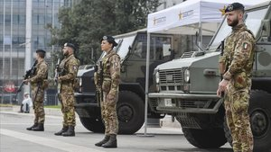 Soldados del Ejército italiano montan guardia frente a la estación central de ferrocarril de Milán, este viernes.
