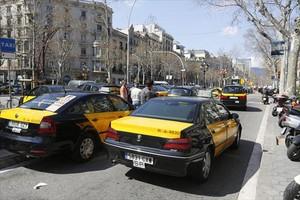 Taxis estacionados cerca de un hotel en el paseo de Gràcia.