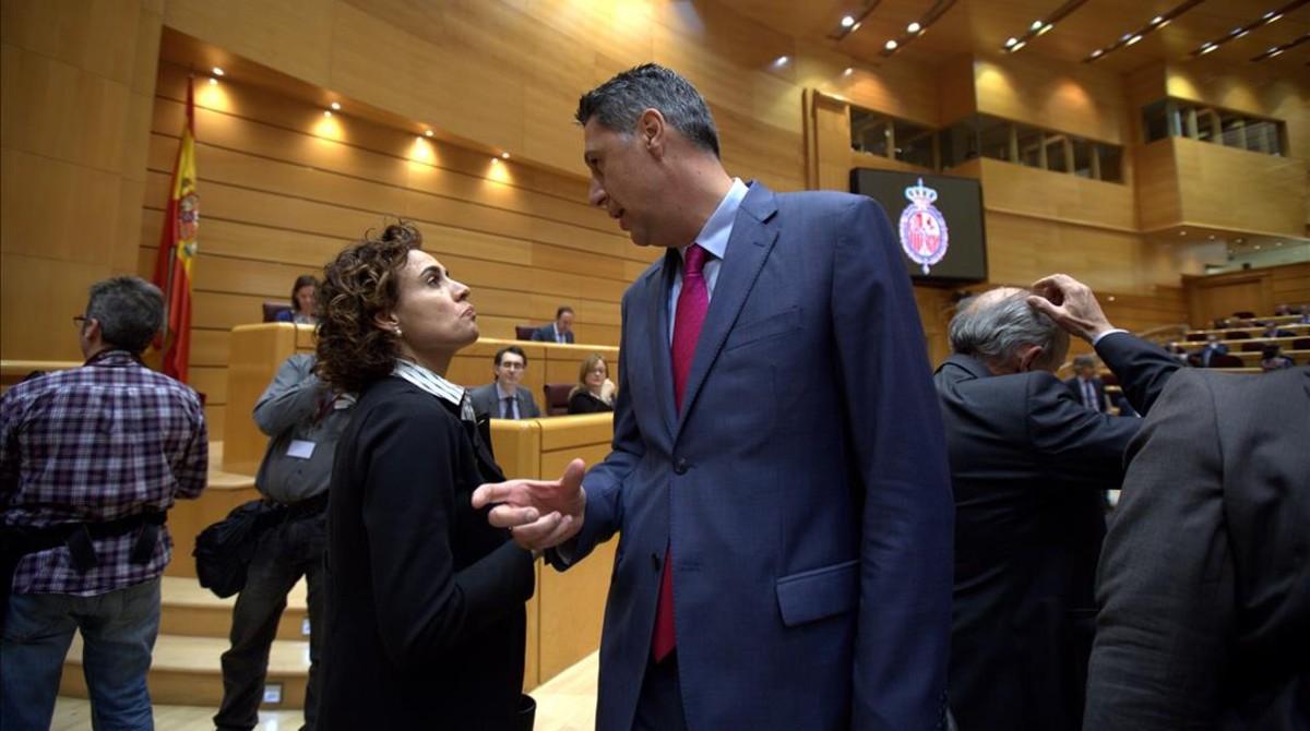 El líder del PPC, Xavier García Albiol, charla con la ministra de Sanidad, Dolors Monserrat, este martes en el Senado.