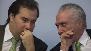 Temer (derecha) habla con el presidente de la Cámara de Diputados, Rodrigo Maia, en Brasil, el 5 de junio.