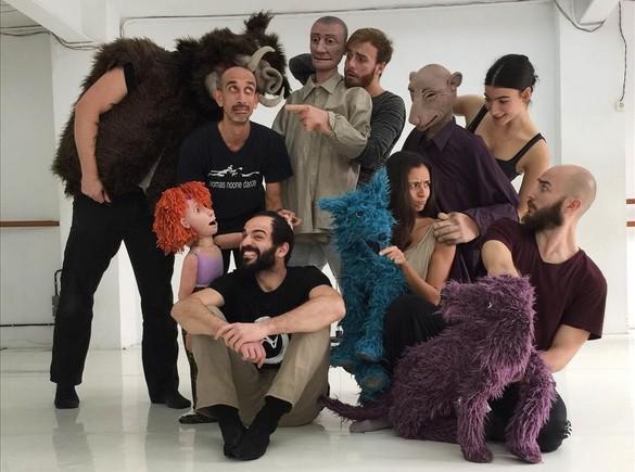 Thomas Noone (izquierda), con los artistas y las marionetas de 'Molsa'.