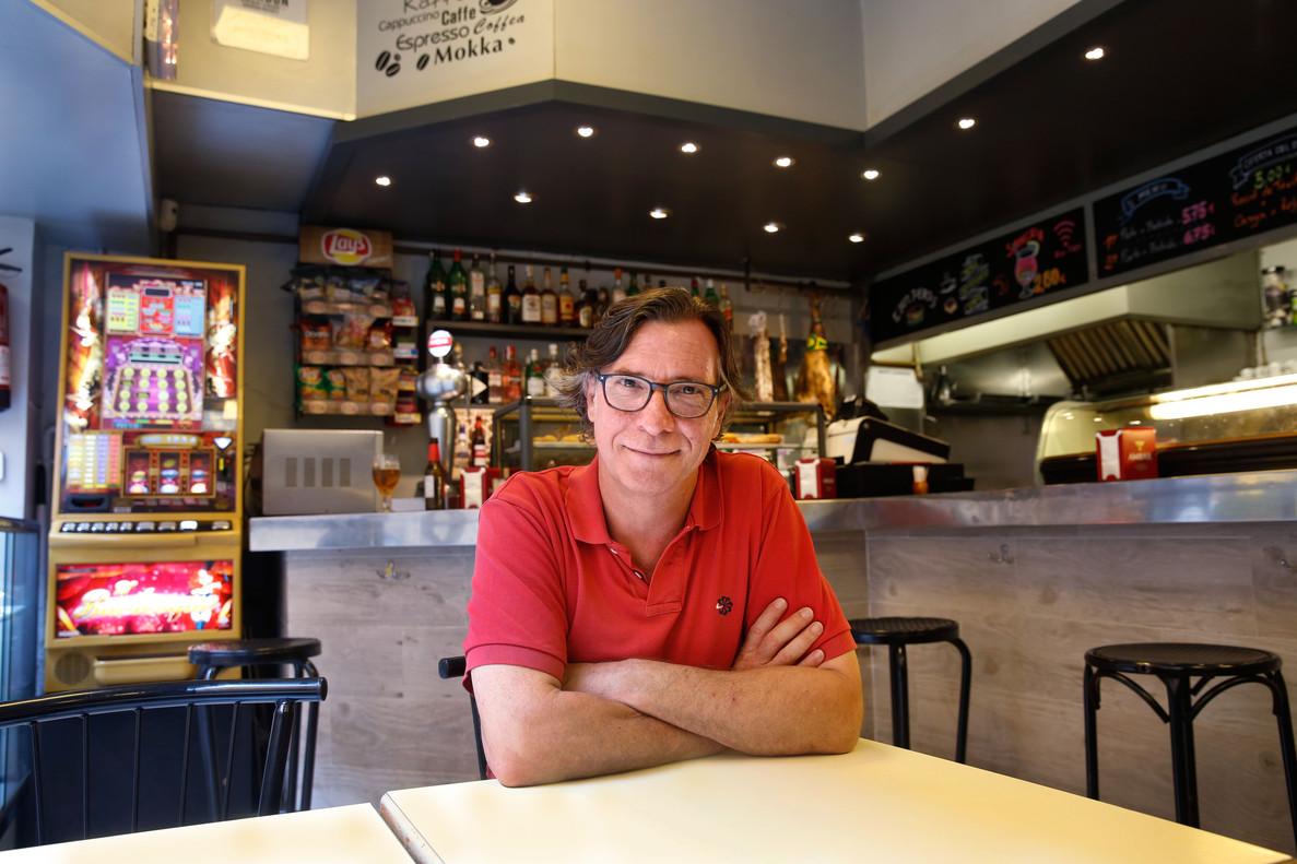 El actor Àlex Casanovas lleva casi 20 años visitando el bar-restaurante Timón, junto al Teatre Borràs.