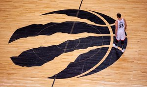 -FOTODELDIA- AME191. TORONTO (CANADA), 07/05/2019.- Marc Gasol de los Toronto Raptors espera el comienzo de la segunda mitad este martes, durante un partido de baloncesto de la Conferencia Este de la NBA, en el Scotiabank Arena de Toronto (Canadá). EFE/ Warren Toda