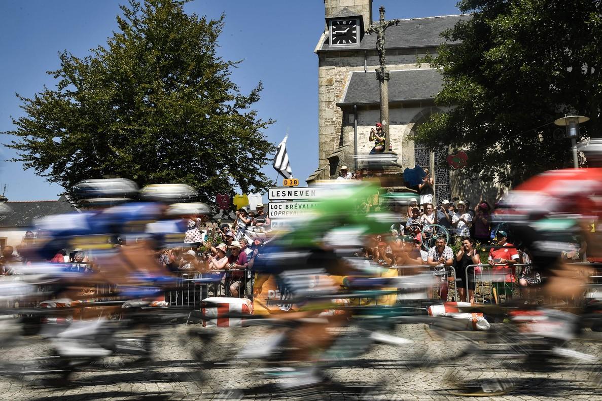 Los ciclistas del Tour durante la sexta etapa.