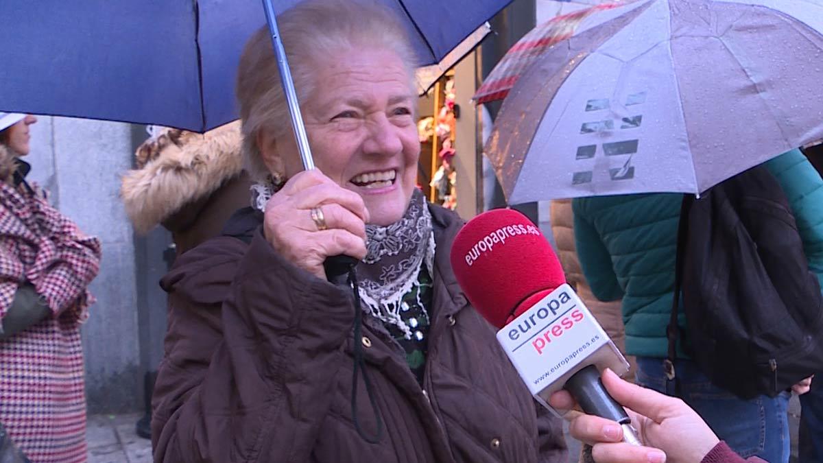 Algunos clientes de la Administración de Loterías Doña Manolita de Madrid hablan sobre la Lotería de Navidad.