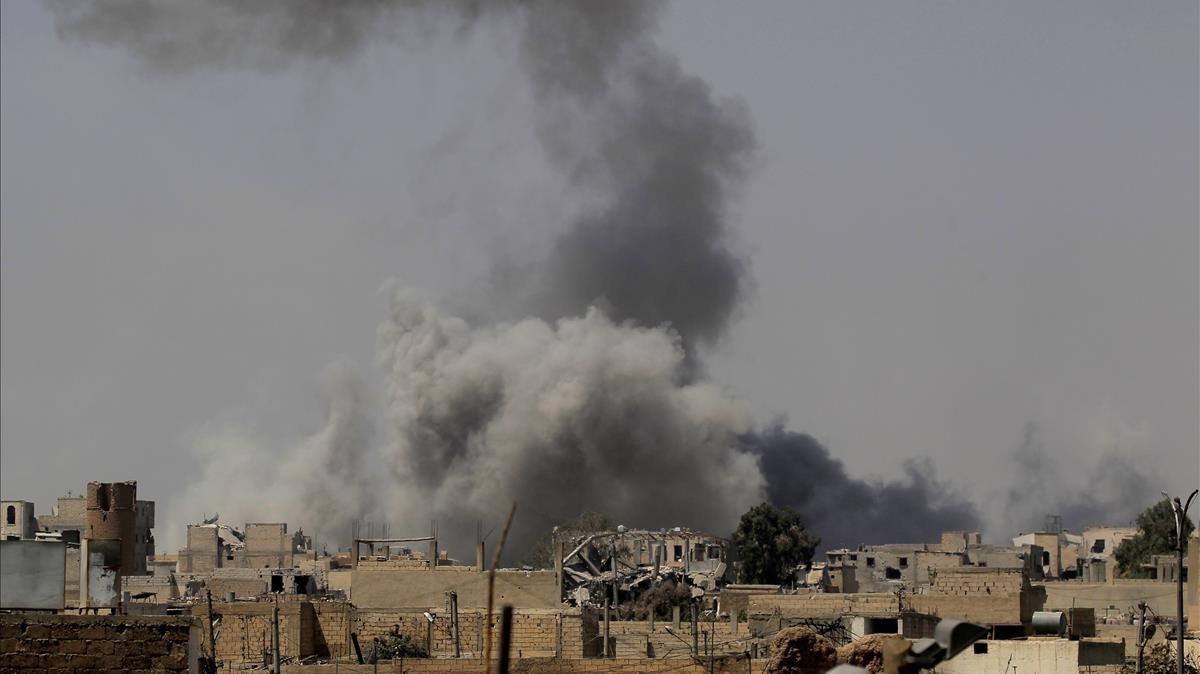 Una densa humareda sube hacia el cielo en los combates entre las Fuerzas Democráticas Sirias y el Estado Islámico en Raqqa (Siria), el 20 de agosto.