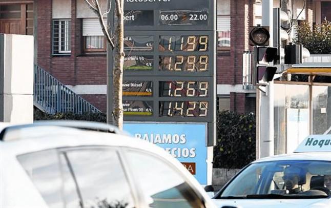 Panel de precios de los cargurantes en una gasolinera.